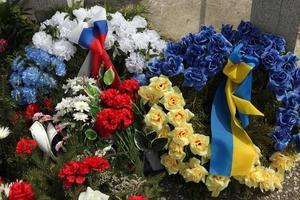 Kränze mit russischen und ukrainischen Nationalflaggen.