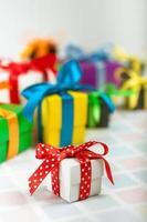 farbige Geschenkboxen mit Satinbändern foto