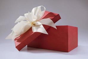 rote Box und weißer Schleifenknoten foto
