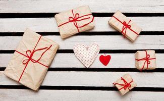 Geschenkboxen auf weißem Holzhintergrund