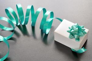 Geschenk mit grüner Schleife foto