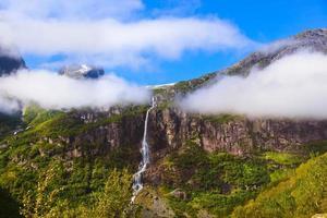 Wasserfall in der Nähe von Briksdal Gletscher - Norwegen