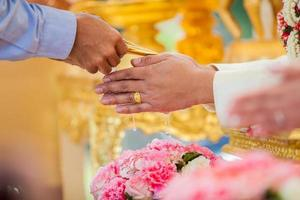 Hand des Brautwassers von der thailändischen Hochzeitszeremonie