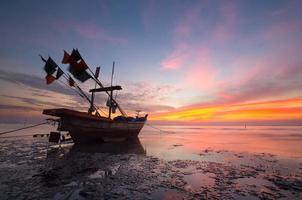 thailändische Boote am Sonnenuntergangsstrand. ao nang, krabi provinz. foto