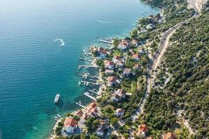 Luftaufnahme der kroatischen Küstenlinie Rabinsel