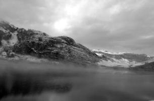 schneebedeckter Berg im See