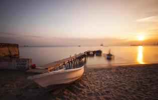 gealterter hölzerner Pier und Boot foto