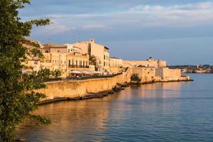 Blick auf Syrakus, Ortiggia, Sizilien, Italien, Häuser mit Blick auf das Meer