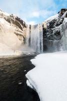 Skogafoss, der große und schöne Wasserfall in Island im Winter