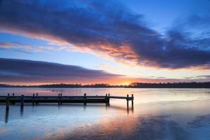 Winter Sonnenaufgang an einem Steg foto