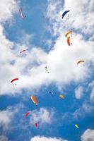 Gleitschirm fliegt gegen die Himalaya, Nepal.