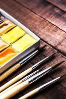 Aquarellzeichnung, bunte Aquarellfarben und Pinsel