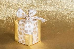 goldenes Geschenk verpacktes Geschenk foto