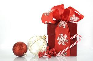 rotes Weihnachtsgeschenk mit großem Band foto