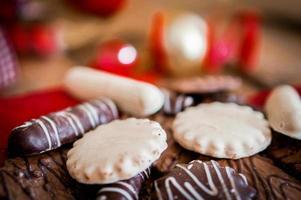 Schokoladenplätzchen auf weißem Textil mit Bändern