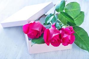 Box für Geschenk und rote Rosen