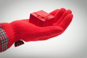 Hand geben Geschenk isoliert über weißem Hintergrund foto