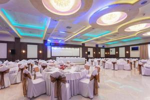 Bankettsaal mit bunten Lichtern foto