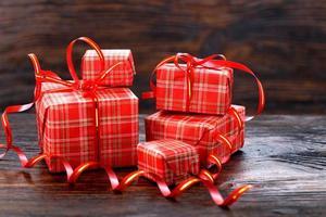 Weihnachtsgeschenkbox auf einem hölzernen Hintergrund
