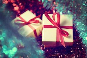 Geschenkboxen mit rotem Band auf abstraktem Hintergrund foto