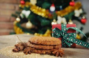 hausgemachte Kekse mit Zimt auf Weihnachtsbaumhintergrund
