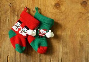 Weihnachtsstrickstrümpfe für Geschenke traditionelle festliche Dekoration foto