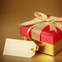 Weihnachtsgeschenkbox auf Goldhintergrund foto