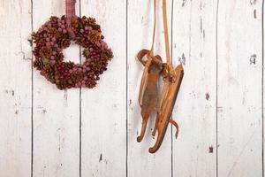 Weihnachtskranz auf Holzwand