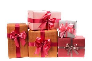 Kästen mit Geschenken lokalisiert auf weißem Hintergrund