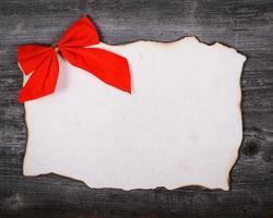 Weihnachtsdekoration und Weinlesepapier auf hölzernem Hintergrund