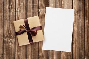 Geschenkbox und leere Grußkarte foto