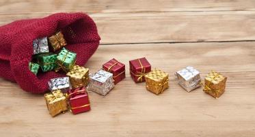 bunte Geschenkboxen mit Bändern und Schleifen
