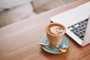 Cappuccino in Keramikbecher auf Untertasse