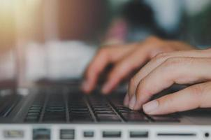 Tippen auf einer Laptop-Tastatur foto