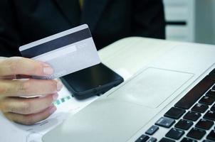 Mann hält Kreditkarte