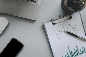 Draufsicht auf Geschäftsdokumente und Computer