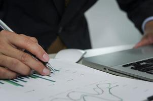 Geschäftsmann prüft Grafiken und Diagramme