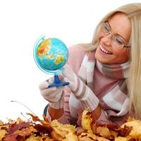 Frau nehmen Globus in die Hände