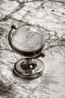 Globusglas auf alter Karte foto