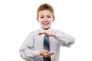 lächelnde Kinderjungenhand, die unsichtbare Kugel oder Globus hält