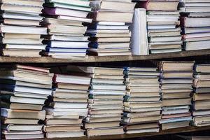 Bücherregal mit vielen Büchern foto