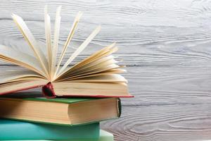 Stapel bunter Bücher auf Holztisch. zurück zur Schule. foto
