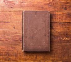 Foto leerer Buchumschlag auf strukturiertem Holzhintergrund