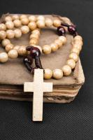 Rosenkranz und Gebetbuch auf dunklem Hintergrund foto