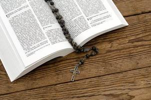 offene Bibel mit Rosenkranz