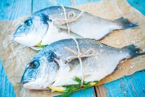 zwei rohe Dorado-Fische mit Zitrone und Dill foto