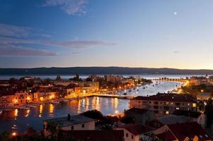 Omis Altstadt und Cetina Mündung bei Sonnenuntergang foto
