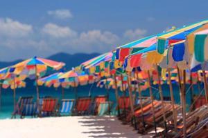 Liegestühle und Sonnenschirm auf der Insel Koh Khai. Phuket, Thailand.