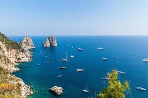 Blick auf die Faraglioni-Klippen und das Tyrrhenische Meer