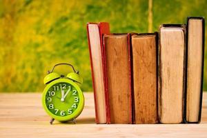 Vintage Bücher und Uhr